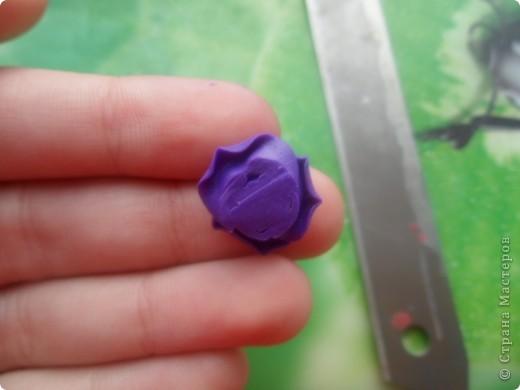 На сайте вам уже наверное встречалось очень много мастер-классов данного типа, но у каждого своя техника лепки роз. Сегодня я покажу свою. И так для работы понадобятся все стандартные инструменты: острое лезвие, коврик для лепки ну и разумеется сама пластика фото 14