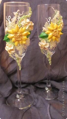 """Свадебные бокалы """"Подсолнечные"""" Крупный декор под заказ клиента выпонен из пластики, бисера фото 4"""