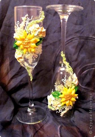 """Свадебные бокалы """"Подсолнечные"""" Крупный декор под заказ клиента выпонен из пластики, бисера фото 3"""