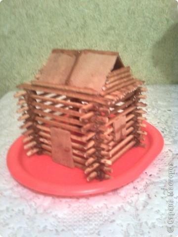 У сынули день рождения, хотелось придумать что-нибудь интересное, вот одна из идей домик из соломки, скрепленный варенной сгущенкой. фото 2