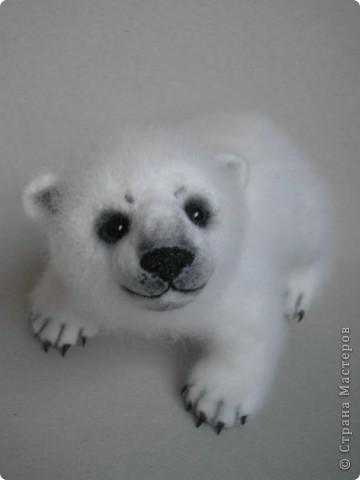 Медвежонок выполнен в технике сухого валяния. Высота 17 см.,длина 15 см. Глазки - стекло, коготки- пластик. фото 1