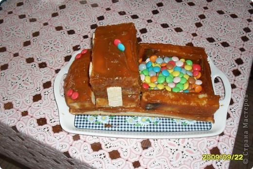 Вот такую машинку сделала моя сестренка, моему сыночку на день рождения в 2009 г. Использовала: манник, вафли, сгущенка варенная, конфетки разноцветные фото 2