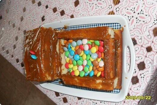 Вот такую машинку сделала моя сестренка, моему сыночку на день рождения в 2009 г. Использовала: манник, вафли, сгущенка варенная, конфетки разноцветные фото 3