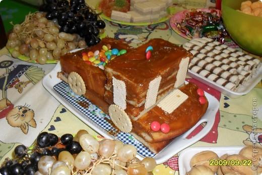 Вот такую машинку сделала моя сестренка, моему сыночку на день рождения в 2009 г. Использовала: манник, вафли, сгущенка варенная, конфетки разноцветные фото 1