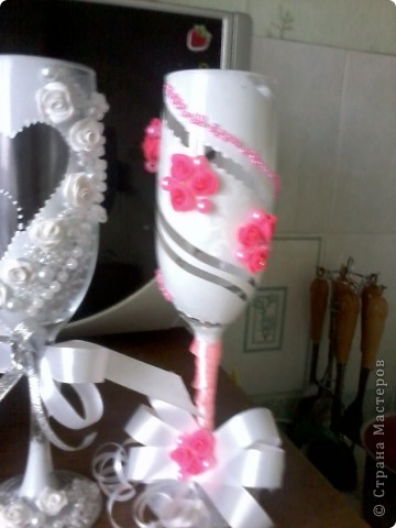 делала первый раз бутылку такую ))) Бокалы эти были для  жениха  и невесты  и  свидетелей  фото 2