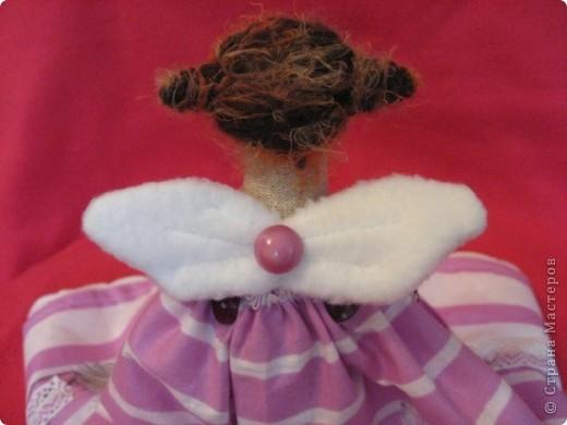 Здравствуйте, мои дорогие!!!  Получив от меня в подарок красотку Лару, моя Лариса так обрадовалась, что заказала мне в срочном порядке куклу для её дочери Светы. А Света-психолог.  Вот тут-то я и призадумалась, а как же мне сделать куклу-психолога? (с куклой-парикмахером было намного легче :)))   И я решила так-психолог-это человек, который в какой-то степени дарит людям счастье (во всяком случае-душевное-то точно),  а кто подарит счастье самому психологу?????  АНГЕЛ, НЕСУЩИЙ СЧАСТЬЕ!!!! фото 7