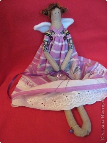Здравствуйте, мои дорогие!!!  Получив от меня в подарок красотку Лару, моя Лариса так обрадовалась, что заказала мне в срочном порядке куклу для её дочери Светы. А Света-психолог.  Вот тут-то я и призадумалась, а как же мне сделать куклу-психолога? (с куклой-парикмахером было намного легче :)))   И я решила так-психолог-это человек, который в какой-то степени дарит людям счастье (во всяком случае-душевное-то точно),  а кто подарит счастье самому психологу?????  АНГЕЛ, НЕСУЩИЙ СЧАСТЬЕ!!!! фото 8