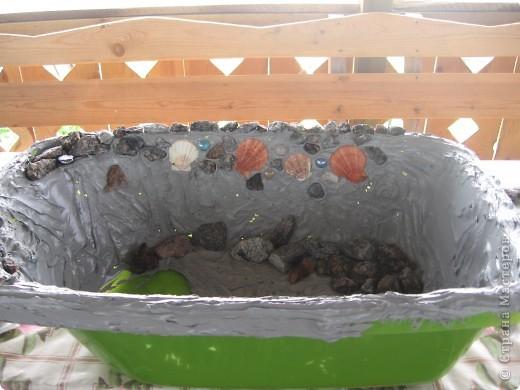 Берём старую детскую ванночку, обмазываем внутри строительным герметиком, и лепим ракушки, камушки, стёклышки и т. д.  фото 1