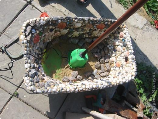 Берём старую детскую ванночку, обмазываем внутри строительным герметиком, и лепим ракушки, камушки, стёклышки и т. д.  фото 2