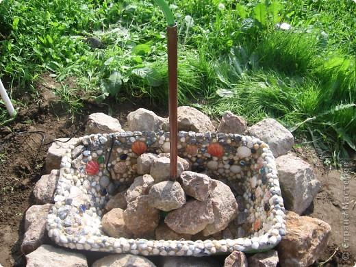 Берём старую детскую ванночку, обмазываем внутри строительным герметиком, и лепим ракушки, камушки, стёклышки и т. д.  фото 3