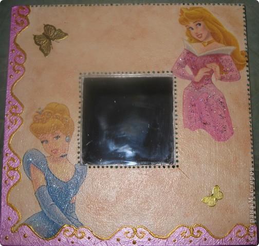 Зеркала сделала в подарок своей маленькой племяннице. Использовала салфетки с героями ее любимых сказок. Получилось симпатично и обладательница очень довольна.  фото 2