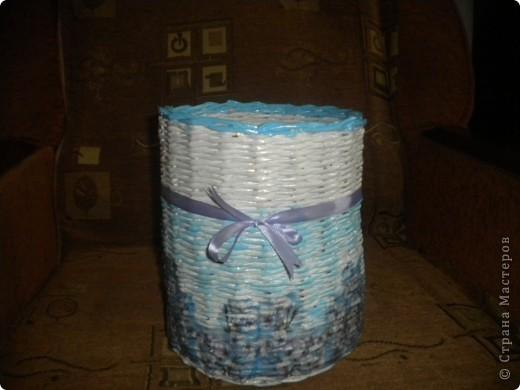 Захотелось сплести корзинку для трубочек,а то они были разложены в пакетах. Правда не очень получилось с покраской,поэтому пришлось добавить ленточку,чтобы хоть как-то объединить в единое целое. фото 1