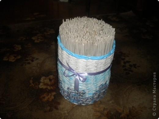 Захотелось сплести корзинку для трубочек,а то они были разложены в пакетах. Правда не очень получилось с покраской,поэтому пришлось добавить ленточку,чтобы хоть как-то объединить в единое целое. фото 4