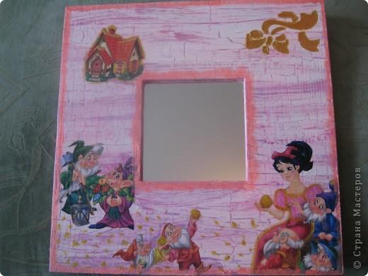 Зеркала сделала в подарок своей маленькой племяннице. Использовала салфетки с героями ее любимых сказок. Получилось симпатично и обладательница очень довольна.  фото 4