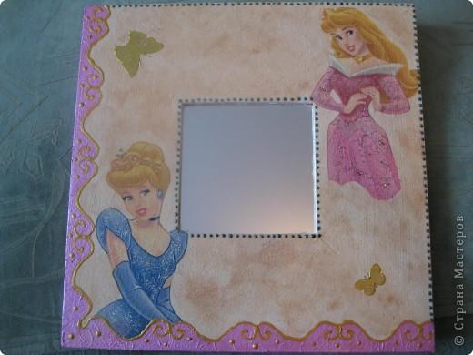 Зеркала сделала в подарок своей маленькой племяннице. Использовала салфетки с героями ее любимых сказок. Получилось симпатично и обладательница очень довольна.  фото 1