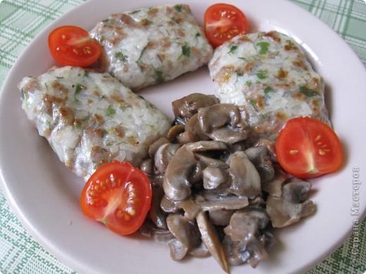 Роллы  как делать -есть МК, а начинка следующая: семга слабо соленая, мидии копченые консервированные, креветки отварные, сыр сливочный, огурцы свежие и болгарский перец. фото 2