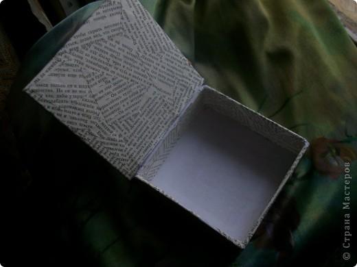 за неимение толстого картона пришлось раздербанить книгу. обложка как раз нужной толщины оказалась.  обклеена страницами из той же книги. Да простят меня рабоотники библиотек... ))))) просто дома было две одинаковые книги.  фото 2
