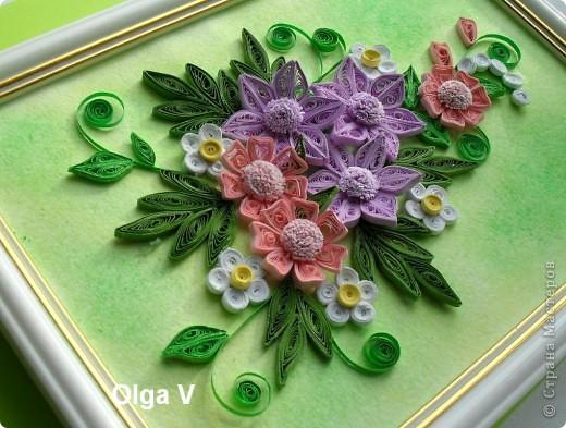 Эту небольшую картинку сделала в подарок очень хорошей знакомой на память. Очень понравилось делать цветы из узких полосочек, такие, как в центре.  фото 1