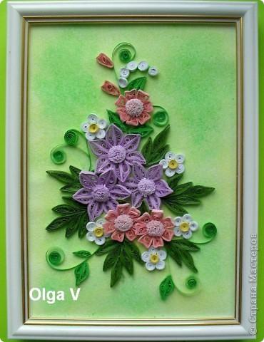 Эту небольшую картинку сделала в подарок очень хорошей знакомой на память. Очень понравилось делать цветы из узких полосочек, такие, как в центре.  фото 2