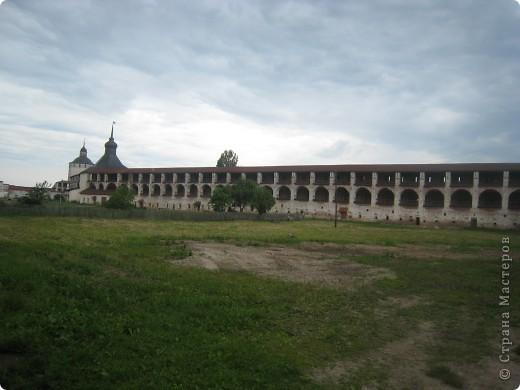 Кирилло-Белозерский монастырь основал в 1397 году Преподобный Кирилл, инок московского Симонова монастыря, ученик Святого Преподобного Сергия Радонежского. Св. Кирилл (в миру – Козьма) происходил из знатного боярского рода Вельяминовых. В 1380 году он принял постриг в Симоновом монастыре. В 1390 году Преподобный Кирилл стал настоятелем Симонова монастыря, а спустя несколько лет ушел на север вместе со своим другом и сподвижником Преподобным Ферапонтом. Долгий путь монахов завершился на высоко вздымающейся над Шексной горе Мауре. Когда Кирилл и Ферапонт взошли на нее, перед ними открылась прекрасная и пустынная страна – леса, озера, луга. Так был сделан выбор для будущей обители. фото 5