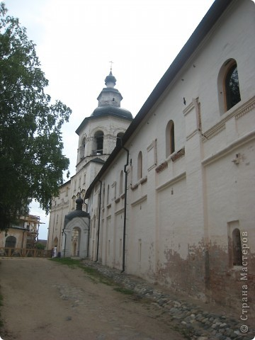 Кирилло-Белозерский монастырь основал в 1397 году Преподобный Кирилл, инок московского Симонова монастыря, ученик Святого Преподобного Сергия Радонежского. Св. Кирилл (в миру – Козьма) происходил из знатного боярского рода Вельяминовых. В 1380 году он принял постриг в Симоновом монастыре. В 1390 году Преподобный Кирилл стал настоятелем Симонова монастыря, а спустя несколько лет ушел на север вместе со своим другом и сподвижником Преподобным Ферапонтом. Долгий путь монахов завершился на высоко вздымающейся над Шексной горе Мауре. Когда Кирилл и Ферапонт взошли на нее, перед ними открылась прекрасная и пустынная страна – леса, озера, луга. Так был сделан выбор для будущей обители. фото 12