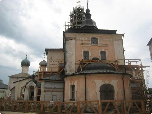 Кирилло-Белозерский монастырь основал в 1397 году Преподобный Кирилл, инок московского Симонова монастыря, ученик Святого Преподобного Сергия Радонежского. Св. Кирилл (в миру – Козьма) происходил из знатного боярского рода Вельяминовых. В 1380 году он принял постриг в Симоновом монастыре. В 1390 году Преподобный Кирилл стал настоятелем Симонова монастыря, а спустя несколько лет ушел на север вместе со своим другом и сподвижником Преподобным Ферапонтом. Долгий путь монахов завершился на высоко вздымающейся над Шексной горе Мауре. Когда Кирилл и Ферапонт взошли на нее, перед ними открылась прекрасная и пустынная страна – леса, озера, луга. Так был сделан выбор для будущей обители. фото 13