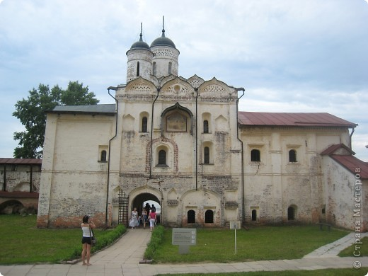 Кирилло-Белозерский монастырь основал в 1397 году Преподобный Кирилл, инок московского Симонова монастыря, ученик Святого Преподобного Сергия Радонежского. Св. Кирилл (в миру – Козьма) происходил из знатного боярского рода Вельяминовых. В 1380 году он принял постриг в Симоновом монастыре. В 1390 году Преподобный Кирилл стал настоятелем Симонова монастыря, а спустя несколько лет ушел на север вместе со своим другом и сподвижником Преподобным Ферапонтом. Долгий путь монахов завершился на высоко вздымающейся над Шексной горе Мауре. Когда Кирилл и Ферапонт взошли на нее, перед ними открылась прекрасная и пустынная страна – леса, озера, луга. Так был сделан выбор для будущей обители. фото 14