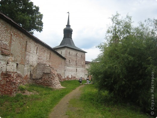 Кирилло-Белозерский монастырь основал в 1397 году Преподобный Кирилл, инок московского Симонова монастыря, ученик Святого Преподобного Сергия Радонежского. Св. Кирилл (в миру – Козьма) происходил из знатного боярского рода Вельяминовых. В 1380 году он принял постриг в Симоновом монастыре. В 1390 году Преподобный Кирилл стал настоятелем Симонова монастыря, а спустя несколько лет ушел на север вместе со своим другом и сподвижником Преподобным Ферапонтом. Долгий путь монахов завершился на высоко вздымающейся над Шексной горе Мауре. Когда Кирилл и Ферапонт взошли на нее, перед ними открылась прекрасная и пустынная страна – леса, озера, луга. Так был сделан выбор для будущей обители. фото 25