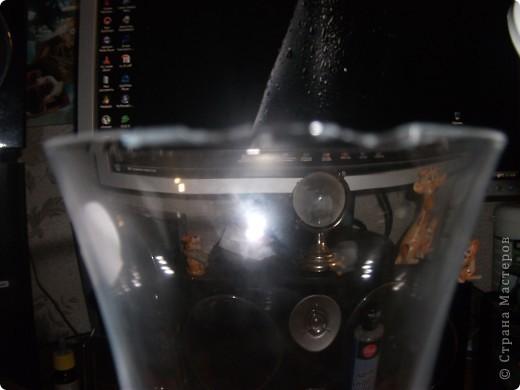 Девушка принесла бокалы, а на одном из них битый край. фото 1
