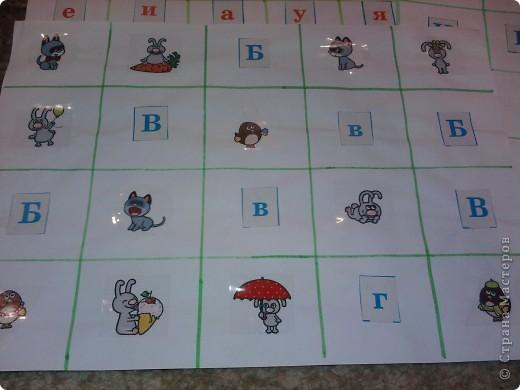 Нашлась бесхозная разрезная азбука - в результате - таблички по которым путешествуют различные зверушки - они находят буковки, цифры... фото 2