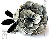 Уважаемые мастера - изготовители канзаши, может кто-нибудь подсказать, каким образом складываются лепестки у данного цветка? фото 3