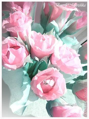 Сладкие розы в день рождения для мамочки. Использовала гофрированную бумагу, фольгу,  проволоку для флористики, ну и конечно конфеты. В букете пятнадцать роз. фото 2