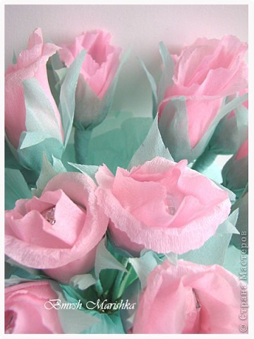 Сладкие розы в день рождения для мамочки. Использовала гофрированную бумагу, фольгу,  проволоку для флористики, ну и конечно конфеты. В букете пятнадцать роз. фото 3