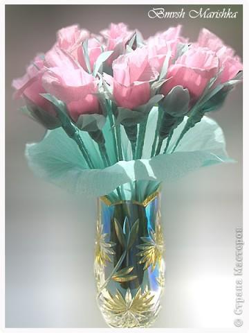 Сладкие розы в день рождения для мамочки. Использовала гофрированную бумагу, фольгу,  проволоку для флористики, ну и конечно конфеты. В букете пятнадцать роз. фото 4