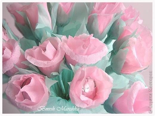 Сладкие розы в день рождения для мамочки. Использовала гофрированную бумагу, фольгу,  проволоку для флористики, ну и конечно конфеты. В букете пятнадцать роз. фото 1