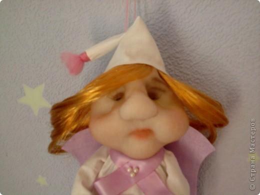 Моя сплюшечка- девчушечка. Когда ее шила думала, что будет сплюша- мальчик, а когда пришила ему волосы, сразу передумала их отрезать. Уж так они были к лицу)) Вот и вышла девчушка с розовой подушечкой, наполненной розовыми снами) фото 3