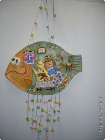 Меня  спрашивали, для чего внизу дырочки, а дырочки для висюлек, которые я почему-то доделываю, когда рыбку уже надо дарить. Выкладываю рыбку, которая уже была выставленна раньше, но уже в законченном виде. Сделана по картине Анны Силивончик. Эта рыбка уплывает в Сочи. фото 1