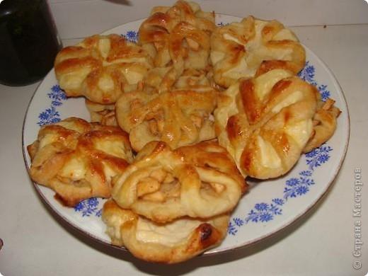 Спасибо большое Наташа1011 на идею !!! http://stranamasterov.ru/node/166287?tid=451%2C291 Испекла на десерт со сладкими начинками: 1. 2 средних яблока мелко порезать, смешать с 2 ст.л. сахара и щепоткой корицы. 2. 200 гр. творога смешать с 1 яйцом, 2-мя ст. л. сахара и щепоткой ванилина (или 1 ч. л. ванильного сахара). На кажлый вид начинки по 0,5 кг готового дрожжевого слоеного теста. Разделать указанным в ссылке способом, дать постоять минут 15, смазать взбитым яйцом, выпекать при 200 С минут 15 до подрумянивания. Приятного аппетита! Спасибо, что заглянули!