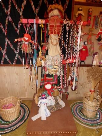 """Этот зал называется """"Ткани"""". Здесь мы нашли народные куклы Калужской области. фото 2"""