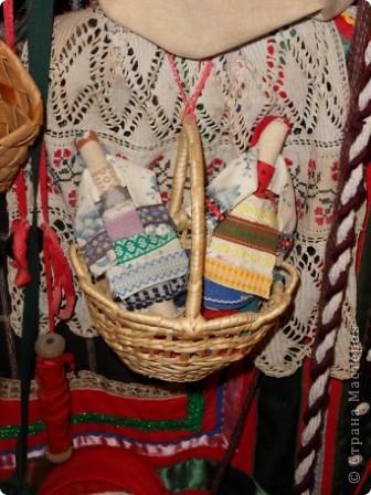 """Этот зал называется """"Ткани"""". Здесь мы нашли народные куклы Калужской области. фото 3"""