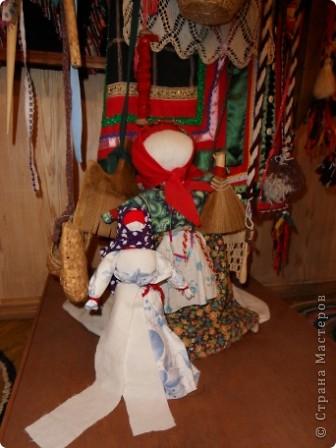 """Этот зал называется """"Ткани"""". Здесь мы нашли народные куклы Калужской области. фото 5"""