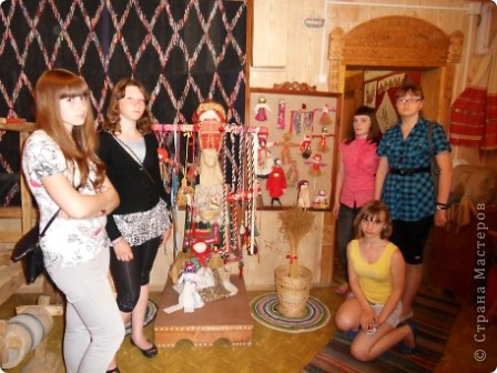 """Этот зал называется """"Ткани"""". Здесь мы нашли народные куклы Калужской области. фото 10"""