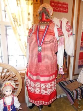"""Этот зал называется """"Ткани"""". Здесь мы нашли народные куклы Калужской области. фото 11"""