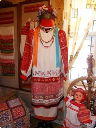 """Этот зал называется """"Ткани"""". Здесь мы нашли народные куклы Калужской области. фото 12"""