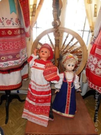 """Этот зал называется """"Ткани"""". Здесь мы нашли народные куклы Калужской области. фото 13"""