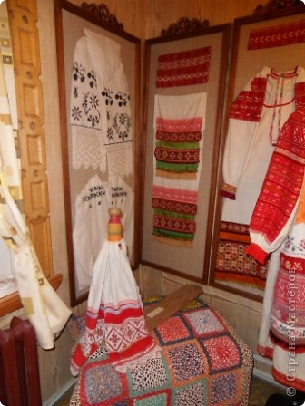 """Этот зал называется """"Ткани"""". Здесь мы нашли народные куклы Калужской области. фото 14"""