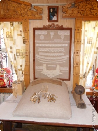 """Этот зал называется """"Ткани"""". Здесь мы нашли народные куклы Калужской области. фото 15"""