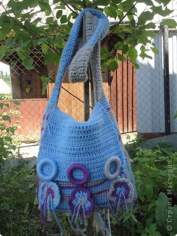 Оригинальная сумочка через плечо. По примеру http://www.2klubka.ru/2010/06/23/sumka-s-shirokim-remeshkom/ . У меня ссылка сейчас не хочет открываться... фото 1