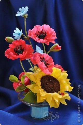 Ура! Ура! Ура! Стоило мне только пожаловаться, что очень туго придумываются и собираются цветы в композиции, как ночью мои полевые цветики сами обосновались в подсвечнике, который я никак не могла решить куда приспособить) Ужасно рада, что не будут лежать мои маки N-ное время в ожидании, да и последний подсолнух пригодился) Ну, а как вышло - снова решать ВАМ, дорогие жители страны и гости моей странички) фото 1