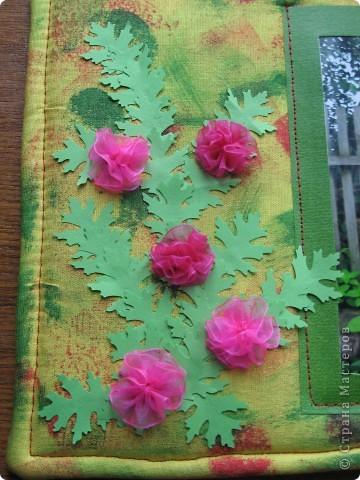 У нас с утра таАакой дождь льёт! Сижу дома, занимаюсь творчеством. По палитре (жёлтый, зелёный, красный, розовый) сотворила такую рамочку с самодельными шитыми цветами. На плотный картон (у меня от упаковки потолочной плитки) наложен флис (синтепона не оказалось), а сверху лоскут жёлтой ткани, всё подвёрнуто на изнанку и прошито на машинке. Ткань прочпокала губкой, смоченной красной и зелёной акриловой краской. фото 4
